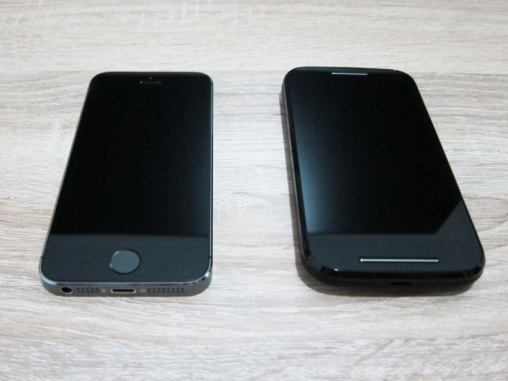 Moto E next to iPhone 5s