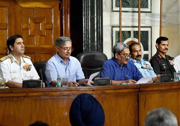 Shri Manohar Parrikar announcing truncated OROP on 05 Sep 15 (Pic courtesy: www.indiatvnews.com)