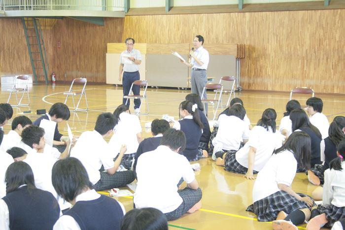 ゲームのルール説明をする川辺先生