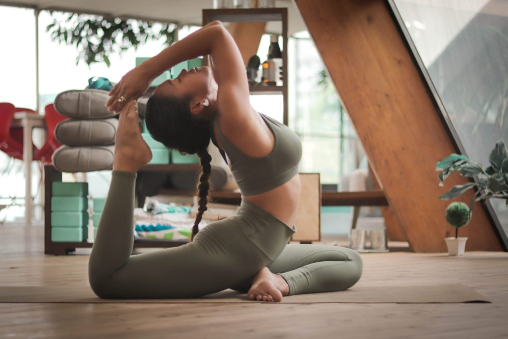Garota fazendo ioga