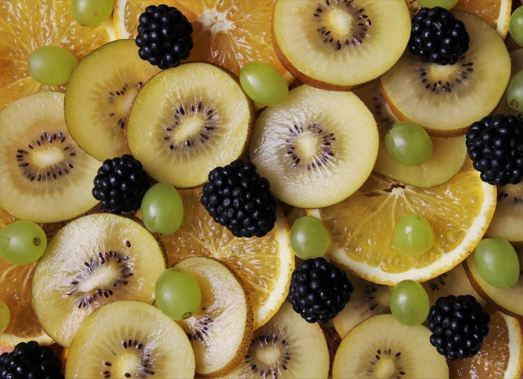 Imagem mostra várias frutas ricas em vitamina C.