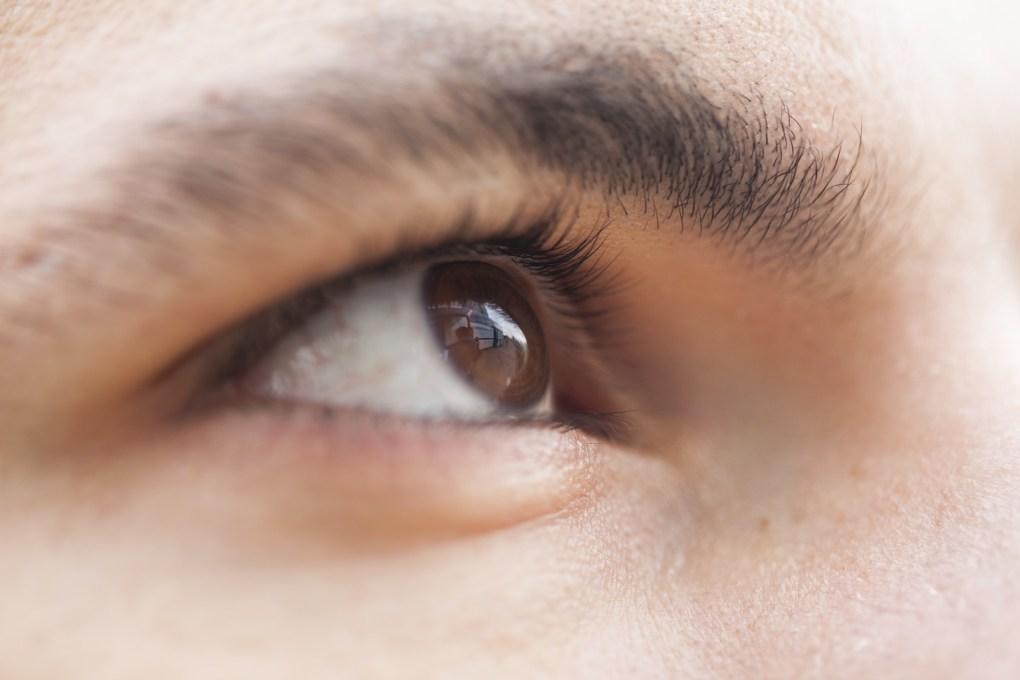 Imagem mostra um olho humano em destaque.