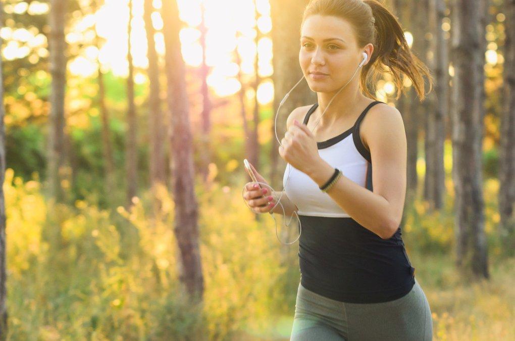 Imagem mostra uma mulher correndo.