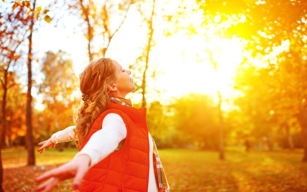 garota feliz curtindo a vida e a liberdade no outono na natureza