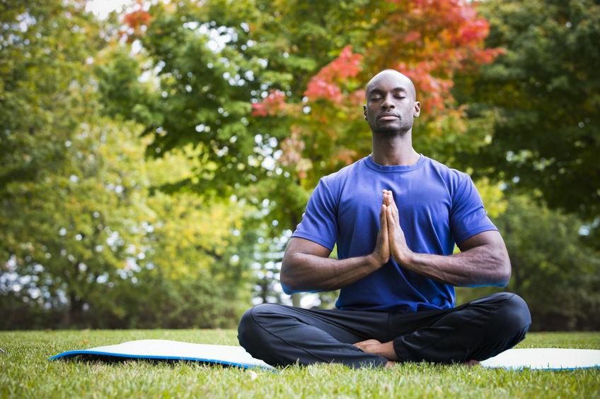 uomo meditando all'aperto