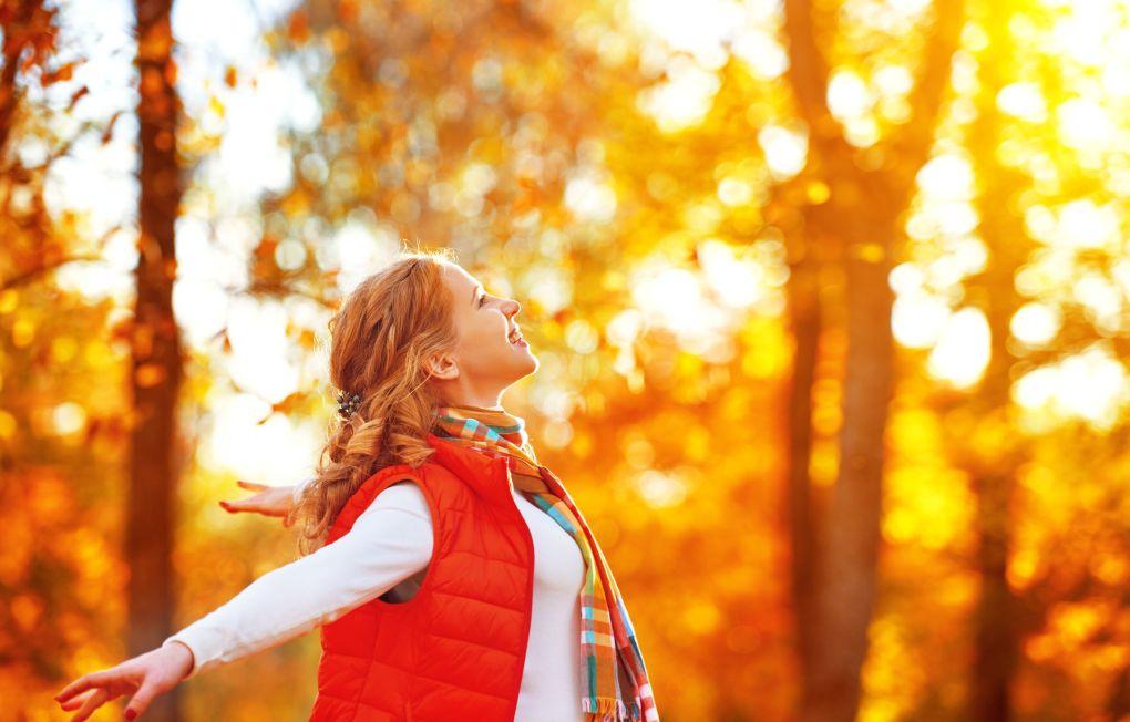 ragazza felice che gode della vita e della libertà in autunno sulla natura
