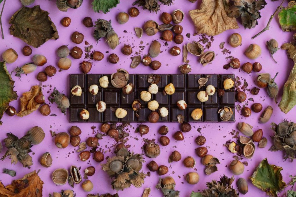 chocolade met noten op roze achtergrond