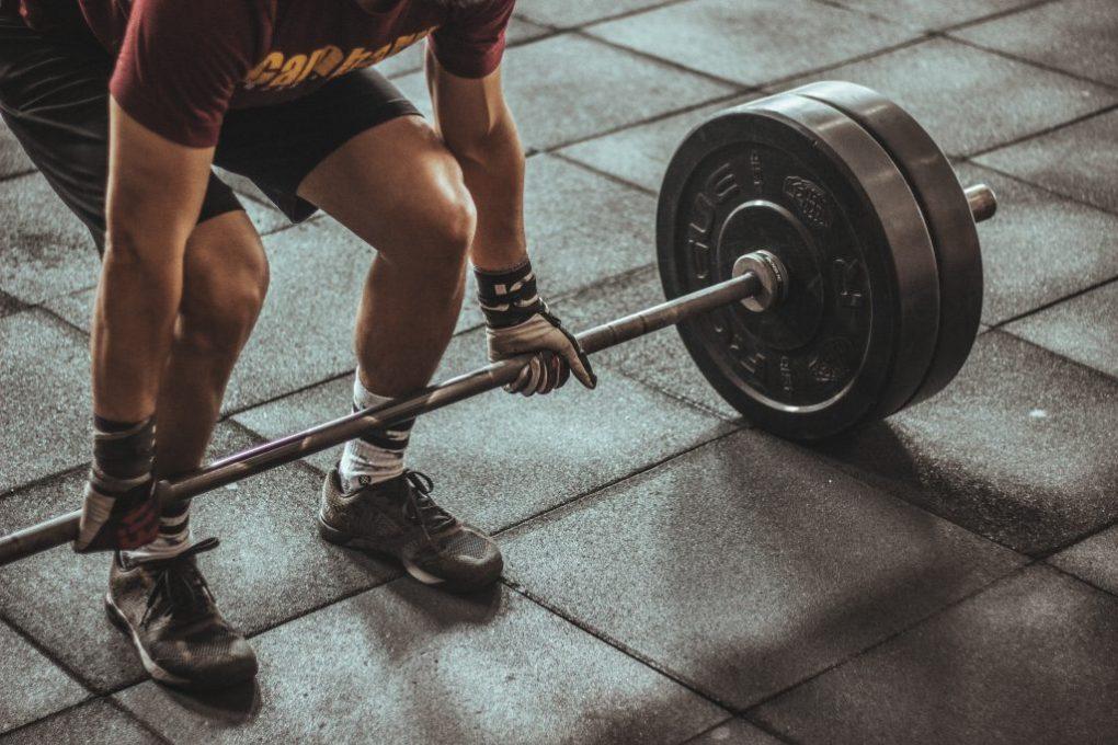 Sporter gebruikt vitamine C om te sporten
