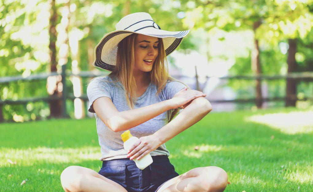 meisje zonnebrandcrème met vitamines toe te passen