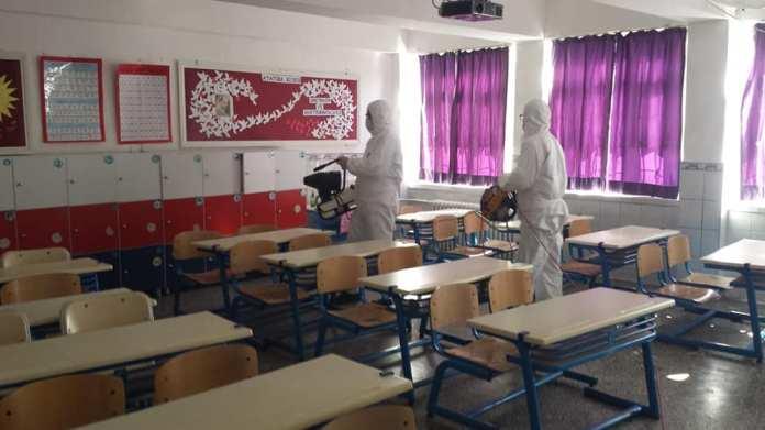 İlçe Merkezi ve merkeze bağlı köy okullarında, korona virüs salgını nedeniyle tedbir amaçlı okulların iki hafta süreyle tatil edilmesinin ardından okullarda temizlik çalışmalarına hız verdi.