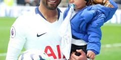 بالفيديو والصور .. لوكاس مورا يحتفل بالهاتريك مع طفله في ملعب توتنهام الجديد