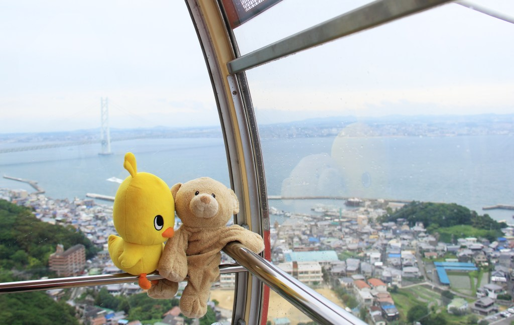 Woody and Hiyoko-chan get a view of the bridge from ferris wheel.
