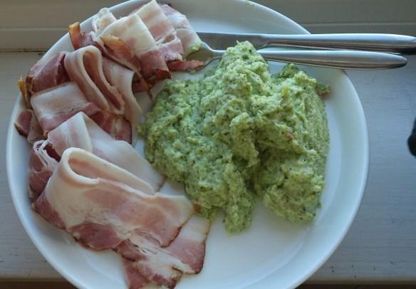 150 g sidfläsk med 225g broccoli/blomkål/purjolök och förmodligen 50g smör