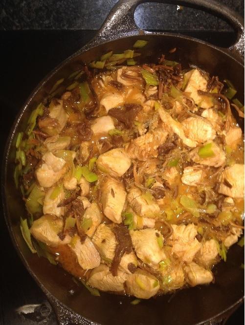 Kyckling, purjolök och sjögräsnudlar wokat i kokosolja och kryddat med curry och paprika.