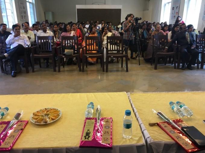 (Suomi) MES Abasaheb Garware Collegen yleisöä. Tyhtilä puhui tilaisuudessa mm. uusista yleisöistä ja kuulluksi tulemisen oikeudesta.