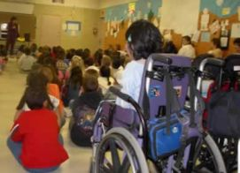 Alunna con disabilità in aula affollata