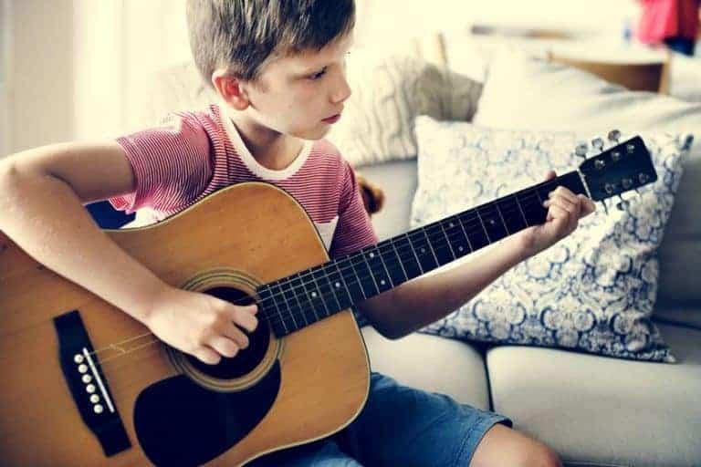 Bambino con chitarra