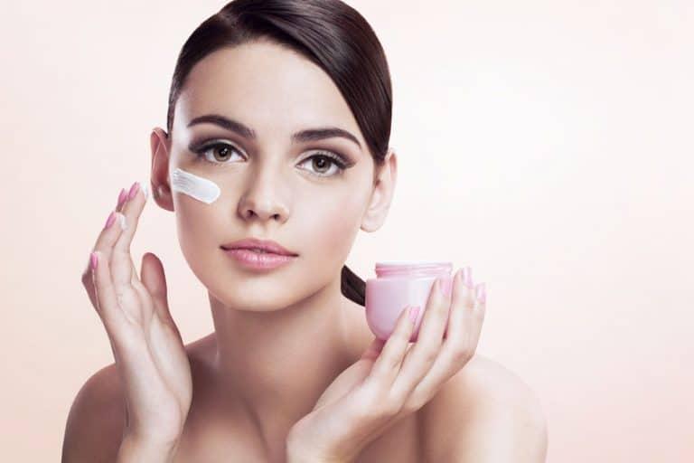 Donna con crema sul viso