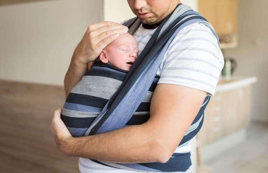 Padre con fascia porta bebè