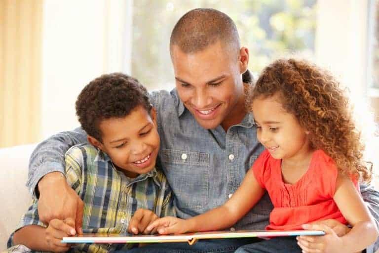 Padre che legge con figli