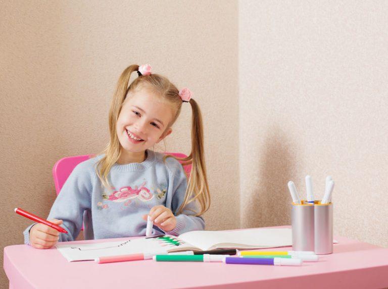 Bambina con pennarelli