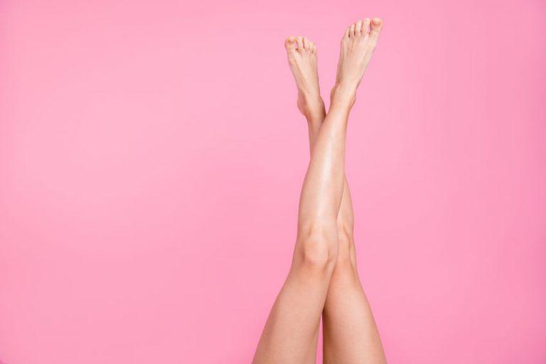 Gambe depilate su sfondo rosa