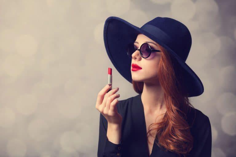 Donna con rossetto in mano