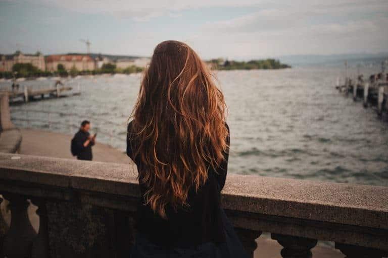 Donna di spalle