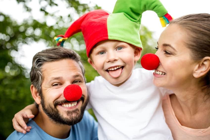 Bambino travestito da giullare con genitori