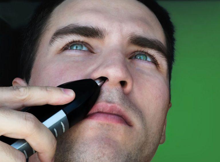 Uomo che usa un tagliapeli per il naso