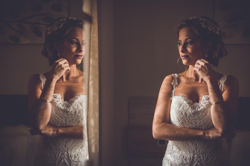 Novia reflejada en un espejo durante los preparativos, Los Villares, Jaen, Supercastizo foto y video
