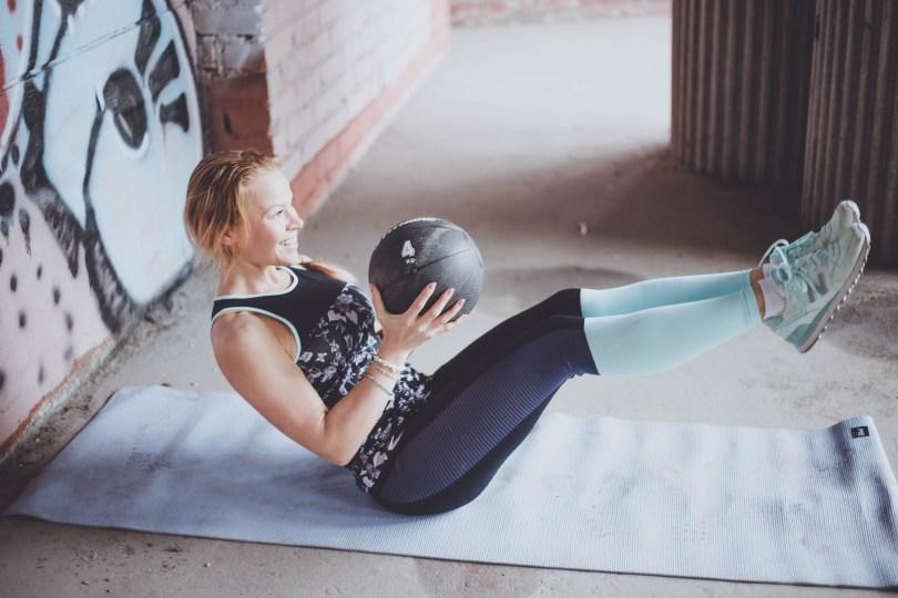 Vahvistava vatsalihastreeni kolmella liikkeellä