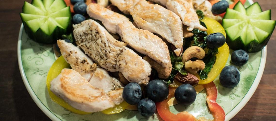 Raikas ja ruokaisa salaatti kesäpöytään