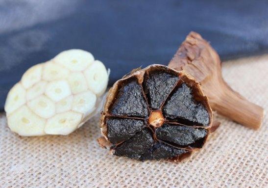 raw-garlic-versus-black-garlic