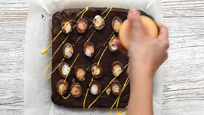 drizzling brownies with glaze