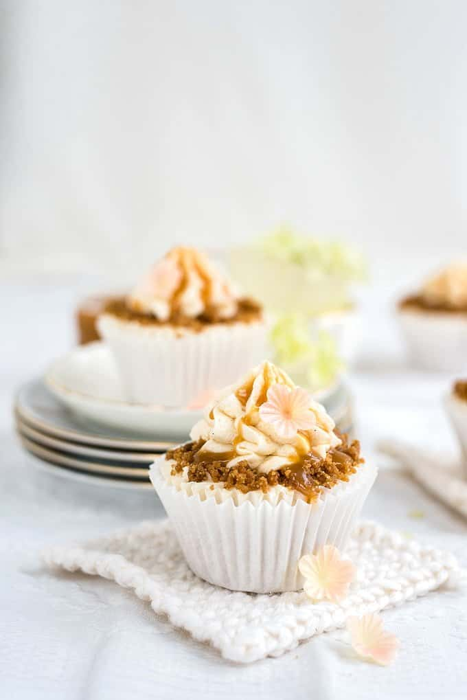 Heavenly spiced apple cupcakes with dreamy buttercream, addictive streusel topping and caramel sauce - to die for!