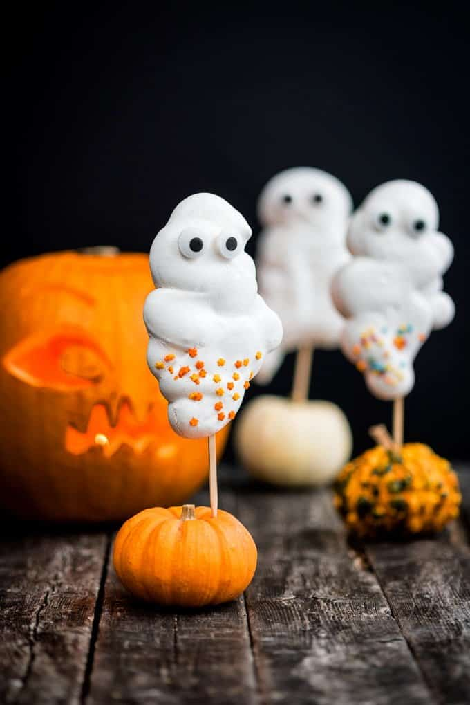 These super cute meringue ghosts are the perfect Halloween treat for your little monsters