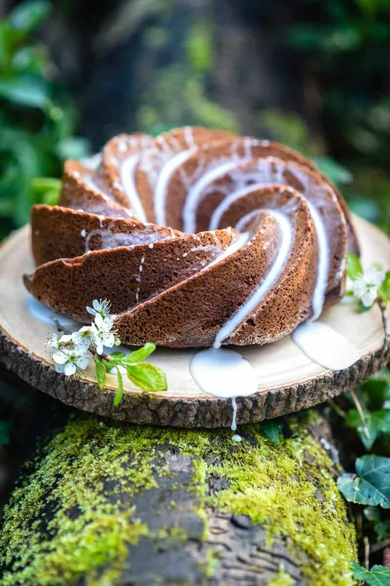 This apple cinnamon bundt cake with lemon glaze is indescribably delicious and keeps very well – perfect for your coffee break!