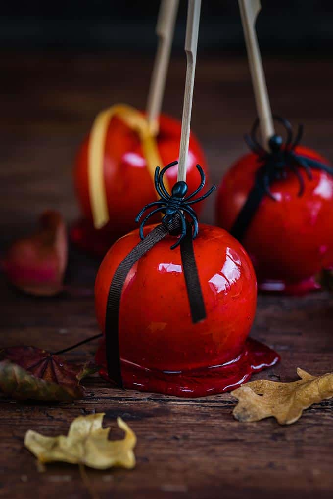 Red candy apples - perfect for Halloween #candyapples #Halloween