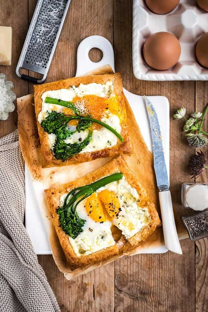 These quick cheese and egg puff pastry galettes are great as a starter, breakfast or light lunch
