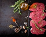 raw beef steaks with spices and rosemary flat lay PVWUNUT copie - Caille +- 180gr