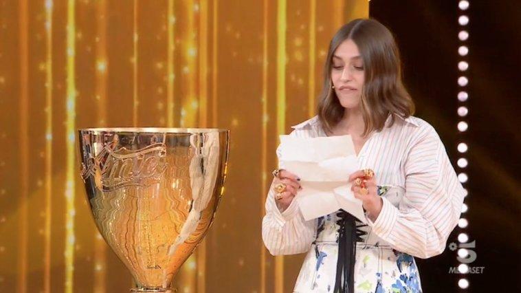Gaia Gozzi ad Amici 2021: il saluto ai finalisti e la consegna della Coppa | Video Witty Tv