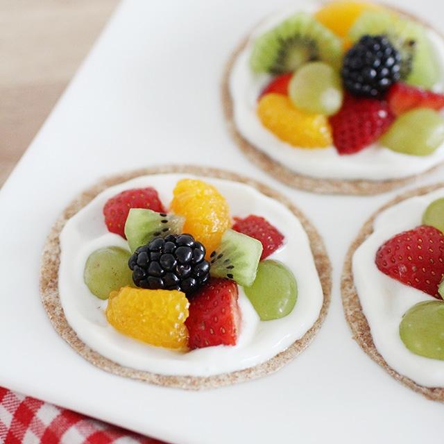healthy fruit pizzas with greek yogurt frosting
