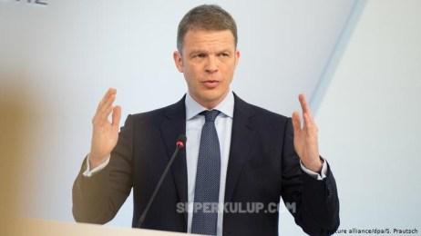 43299401 303 300x169 - Deutsche Bank hisselerini arttıran başarılı CEO'su Christian Sewing ile beş yıl daha devam edecek