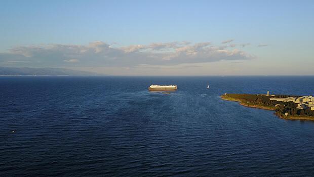 Tuzla'da hareketli anlar… Gemi karaya oturdu