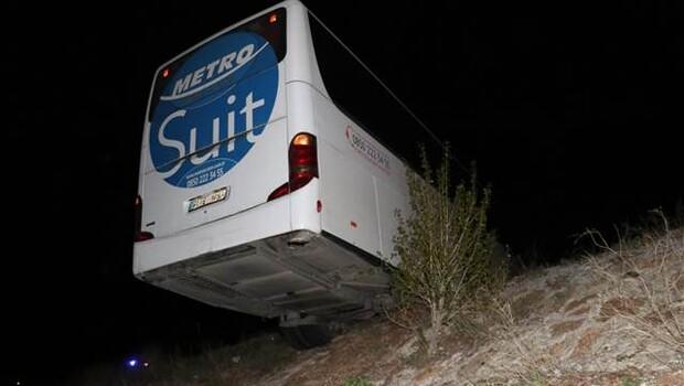 Faciaya ramak kala… Yolcu otobüsü şarampolde asılı kaldı