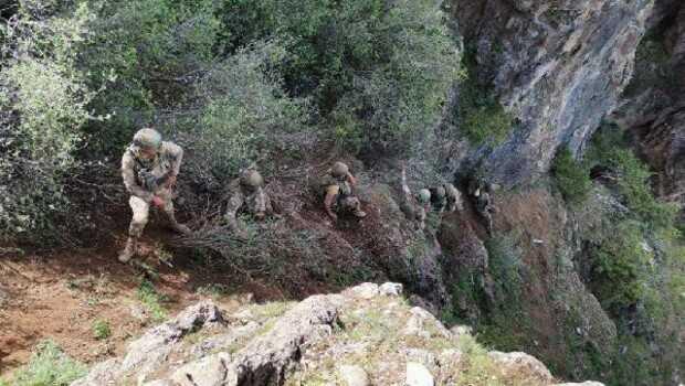 Komandolar, zorlu arazi şartlarında teröristlerin izini sürüyor