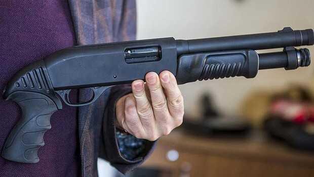 Pompalı tüfeği elinden düşüren genç, çıkan saçmalarla ağır yaralandı