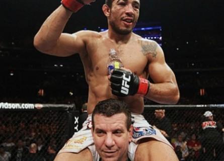 Dedé Pederneiras com J.Aldo nos ombros após vitória. Foto: Josh Hedges/UFC