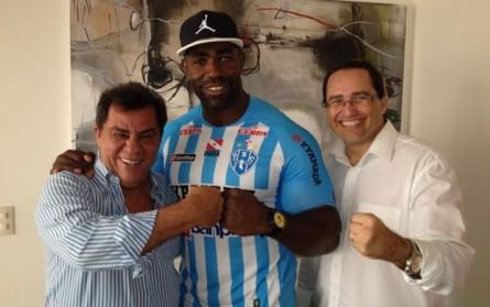Mondragon ao lado de dirigentes do Paysandu, clube que o acolheu em 2012, na época do anúncio da contratação pelo UFC. Foto: Divulgação